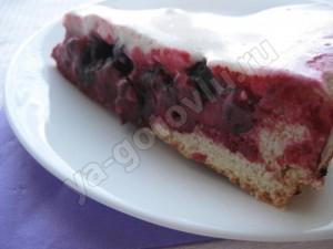 готовый ягодный пирог