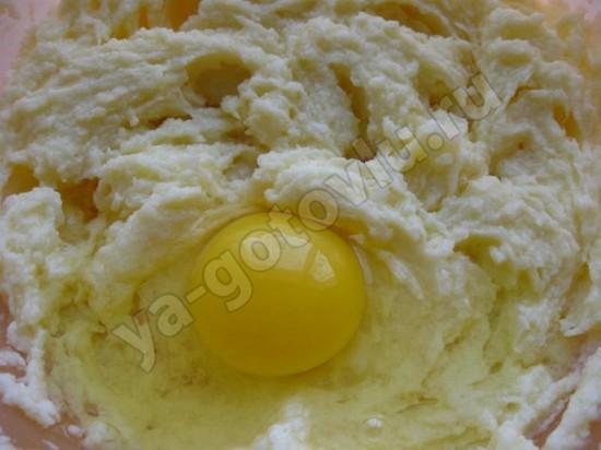 Взбитое масло с сахаром и яйцами