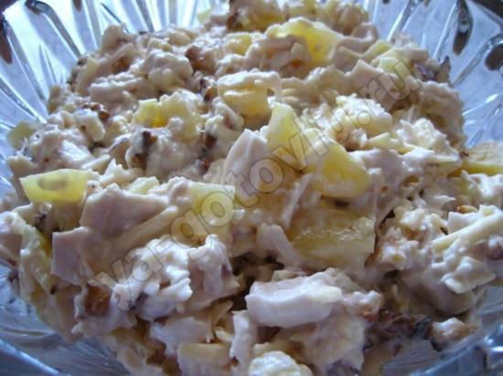 Готовый салат из курицы с ананасами