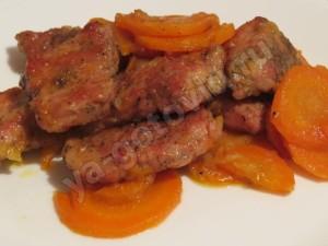 Свинина тушеная с морковью и луком