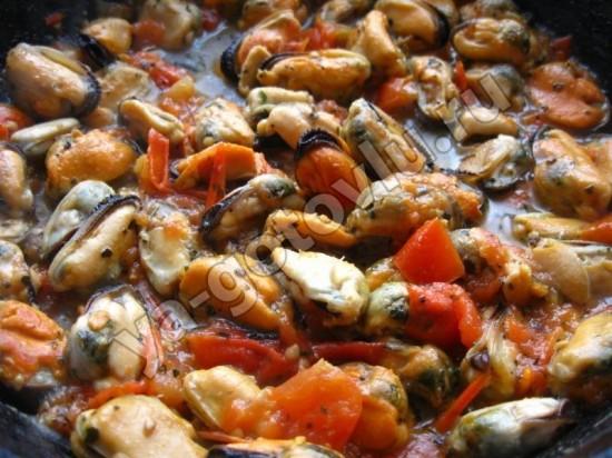 Мидии тушенные в томатном соусе