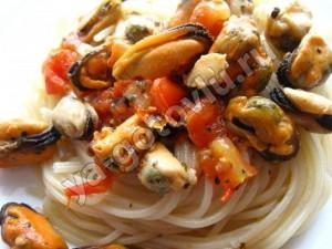 Готовые спагетти с мидиями в томатном соусе