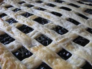 Готовый слоеный пирог с черникой