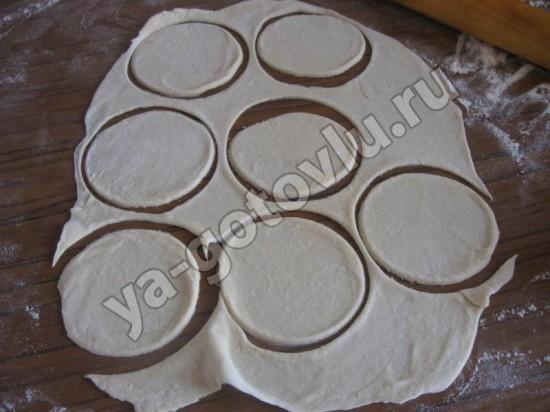 Раскатанное тесто для вареников