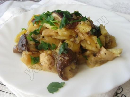 Картофель тушенный с белыми грибами