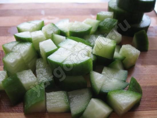 Огурец нарезанный кубиками для салата