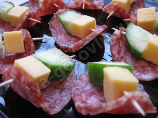 Канапе из сырокопченой колбасы, сыра и огурца