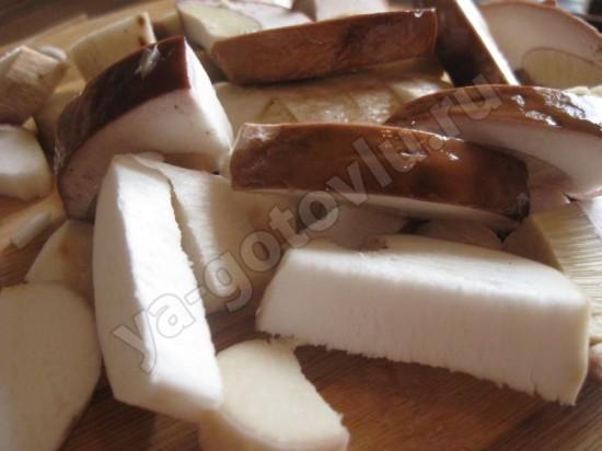 Белые грибы нарезанные пластинками