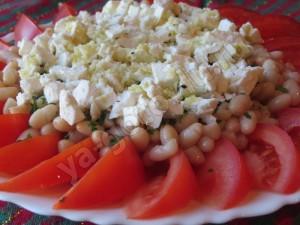 Салат с помидорами, фасолью и фетой