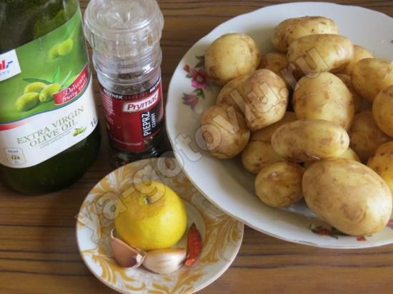 Ингредиенты для пряного молодого картофеля