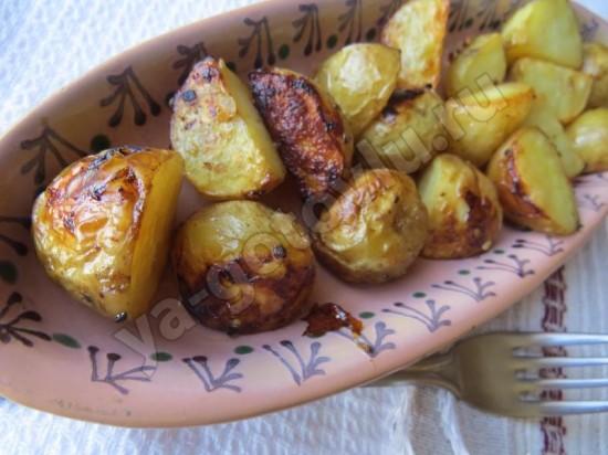 Молодой картофель запеченный с пряностями в духовке