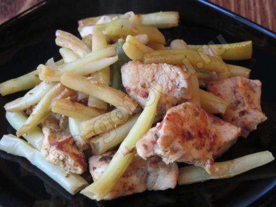 Теплый салат с куриным филе и спаржевой фасолью