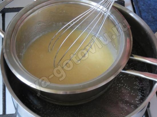 Однороднная масса из меда, сахара, масла