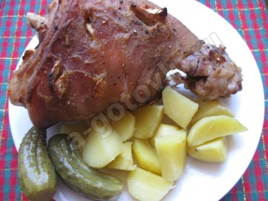 Запеченная свиная рулька