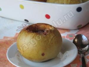 Печеное яблоко с сахаром и корицей